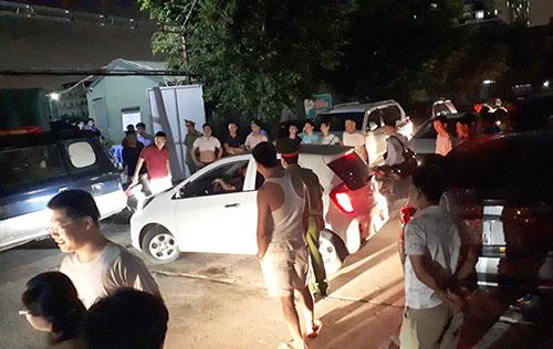 Từ chiều tối đến đêm 21/5, nhiều chủ xe không được vào bãi gửi nên đã bức xúc để xe trên kín vỉa hè, lòng đường và đỗ giữa đường để phản đối. Ảnh: Phương Sơn