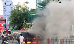 Ôtô cháy ngùn ngụt trên đường Sài Gòn