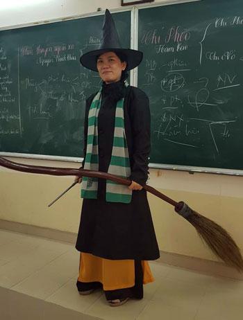 Cô Linh hóa trang thành phù thủy trong tiết dạy Văn. Ảnh: Facebook.