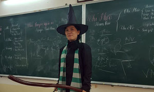 Cô giáo Văn ở TP HCM hóa trang thành phù thủy