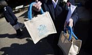 Quà tặng khách mời dự đám cưới hoàng gia Anh được rao bán trên mạng