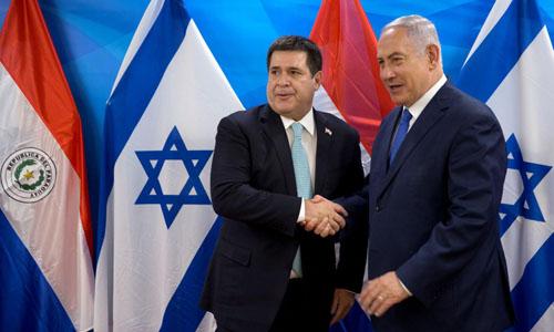 Tổng thống Paraguay Cartes(trái) và Thủ tướng Israel Netanyahu bắt tay tại lễ khánh thành hôm 21/5. Ảnh:Reuters.