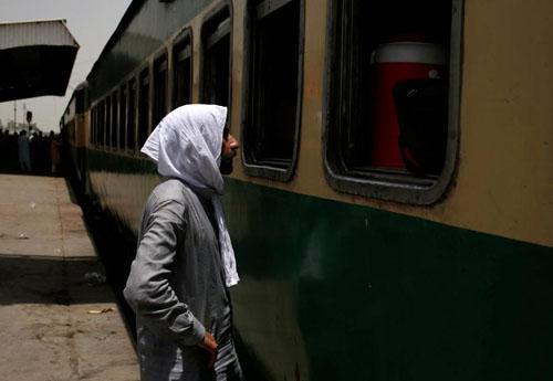 Một cư dân Karachi trùm khăn để tránh nắng. Ảnh:Reuters.