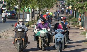 Dòng xe nườm nượp chạy ngược chiều ở đường BRT Hà Nội