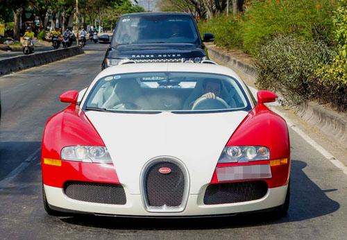 Siêu xe Bugatti Veyron màu đỏ-trắng nguyên bản trong một lần lăn bánh trên đường phố Sài Gòn. Ảnh: Nguyên Thuận.