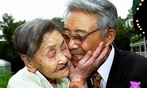 Cựu điệp viên Triều Tiên Shin In-young ôm mẹ, bà Ko Pong-hee khi được chính phủ Hàn Quốc cho hồi hương tháng 9/2000. Ảnh: AP.