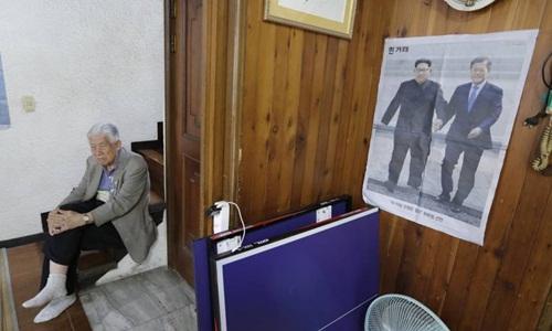 Cựu điệp viên Yang Won-jin, 88 tuổi, người từng bị giam tù 29 năm, ngồi bên một bài báo về hội nghị thượng đỉnh liên Triều trước khi trả lời phỏng vấn ở Seoul hôm 11/5. Ảnh: AP.