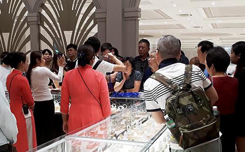Khách Trung Quốc đến tham quan, mua sắm trong công ty