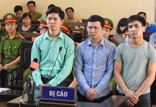 Ba bị cáo tại phiên tòa ngày 23/5, Hoàng Công Lương đứng ngoài cùng bên trái. Ảnh: TTXVN