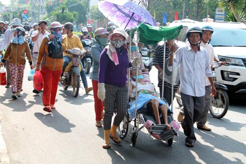 Đoàn người đi trên đường Hùng Vương kéo về trụ sở công an tỉnh Quảng Ngãi. Ảnh: Phạm Linh.