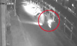 Thanh niên chạy xe máy bay lộn vòng vì tông vào đống đá