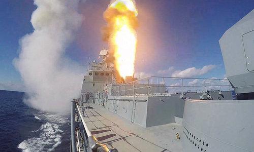 Tàu Đô đốc Grigorovich phóng tên lửa Kalibr diệt khủng bố Syria đầu năm 2018. Ảnh: Sputnik.