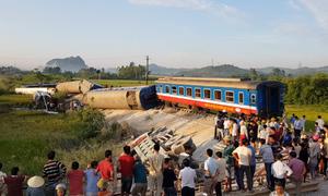 7 toa tàu bị lật sau tai nạn với xe ben, 2 người chết