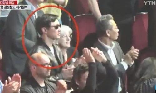 Người được tin là Kim Jong-chul tại buổi hòa nhạc của Eric Clapton ở London ngày 21/5/2015. Ảnh: YTN.