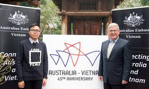 Người gắn kết ngôi sao và con sò cho logo quan hệ Việt Nam - Australia
