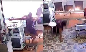 Tên cướp đấm chủ tiệm ngã ngửa, lấy hai chiếc điện thoại