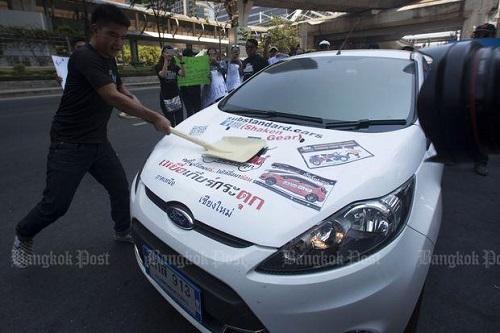 Một người dùng tỏ hành động phản đối hãng xe Ford tại Thái Lan hồi tháng 5/2017. Ảnh: Bangkokpost.