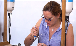 Khách Tây trải nghiệm làm thợ bạc thủ công ở Sài Gòn