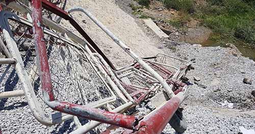 Gác chắn đường ngang nhiều khả năng đã không được đóng khiến tai nạn thảm khốc xảy ra. Ảnh: Lê Hoàng.