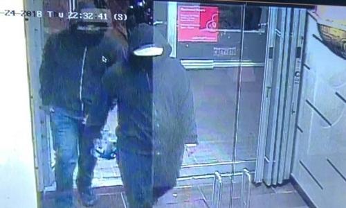 Hai nghi phạm bước vào nhà hàng Bombay Bhelcùng một thiết bị khả nghi đêm 24/5. Ảnh: Twitter.