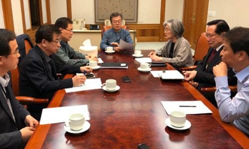 Tổng thống Hàn Quốc Moon Jae-in họp khẩn với nội các tại Nhà Xanh hôm 24/5 sau khi Trump quyết định hủy hội nghị thượng đỉnh Mỹ - Triều. Ảnh: Yonhap.