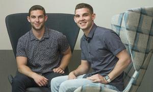 Anh em sinh đôi ở Mỹ trúng tuyển vào Apple ngay sau tốt nghiệp