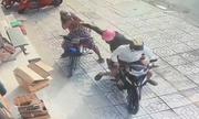 Trong 5 giây, người phụ nữ bị cướp giật dây chuyền 2 lần