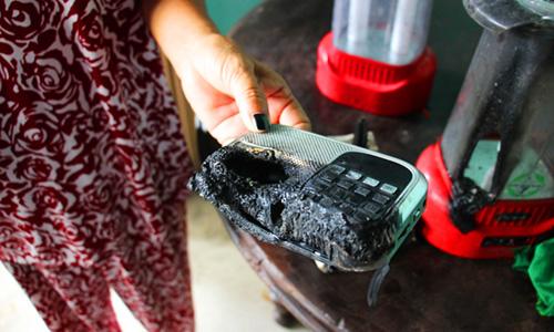 Chiếc radio nhà bà Lượng (Long An) cháy rụi. Ảnh: Hoàng Nam.