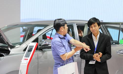 Câu hỏi giá xe liệu có giảm khiến cả khách và nhân viên bán hàng chưa có câu trả lời rõ ràng.