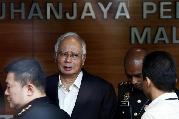 Ông Najib Razak hôm qua tới trụ sở cơ quan chống tham nhũng để thẩm vấn. Ảnh: Reuters.