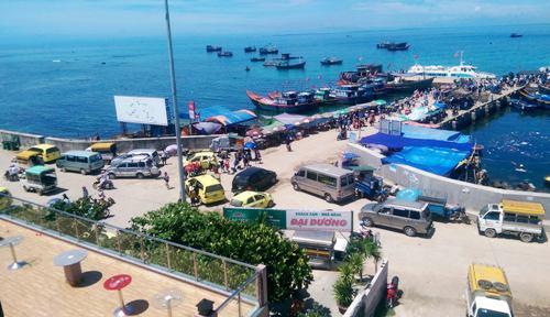 Hàng loạt ôtô chen chúc ở cầu cảng đảo Lớn, Lý Sơn đón khách. Ảnh: Bình Ca.