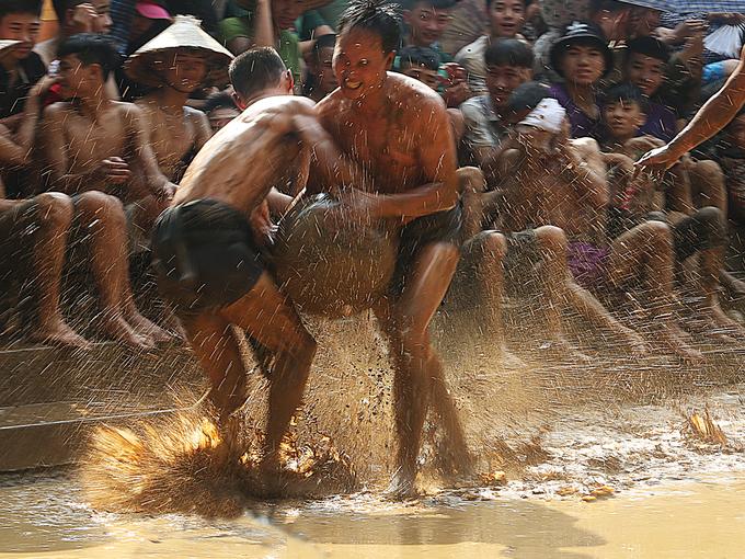 Trai làng cởi trần đóng khố vật cầu bùn