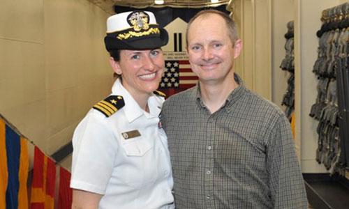 Nữ trung tá Bassett và chồng. Ảnh: Upworthy.