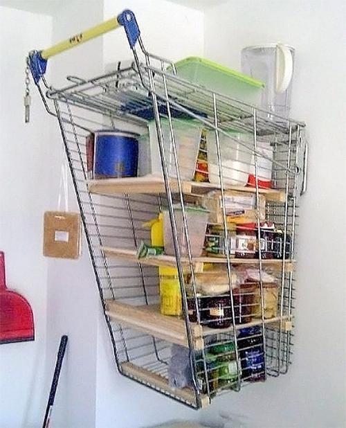 Công dụng mới của xe đẩy trong siêu thị.