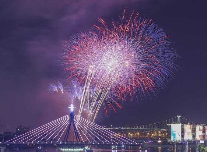 Mỹ - Pháp 'đại chiến' pháo hoa trên sông Hàn
