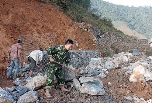 Thi công kè đá ngăn trượt đất tại Nà Tềnh, huyện Thông Nông, tỉnh Cao Bằng. Ảnh: Quyền Đào.