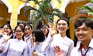 Nước mắt, nụ cười trong lễ chia tay của học sinh TP HCM