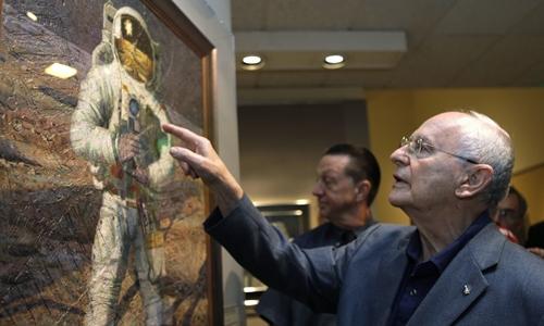 Alan Bean cùng tác phẩm của mình năm 2009. Ảnh:Jacquelyn Martin/AP.