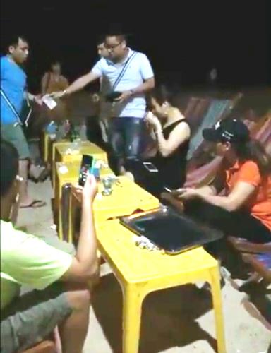 Mặc dù rất bức xúc vì bị nữ chủ quán Trương Thị Nhung chặt chém 630.000 đồng tiền chỗ ngồi sau khi ăn, nhóm du khách đến từ Hà Nội bấm bụng trả cho xong để được ra về cho an lành, tránh bị đầu gấu, côn đồ gây sự. Ảnh cắt từ video clip