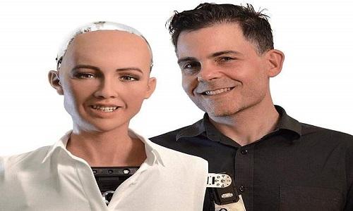 Tiến sĩ David Hanson và robot Sophia do ông chế tạo. Ảnh: VCG.