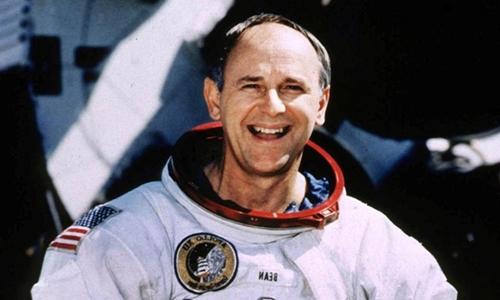 Alan Bean trong trang phục phi hành gia năm 1998.Ảnh: Reuters.