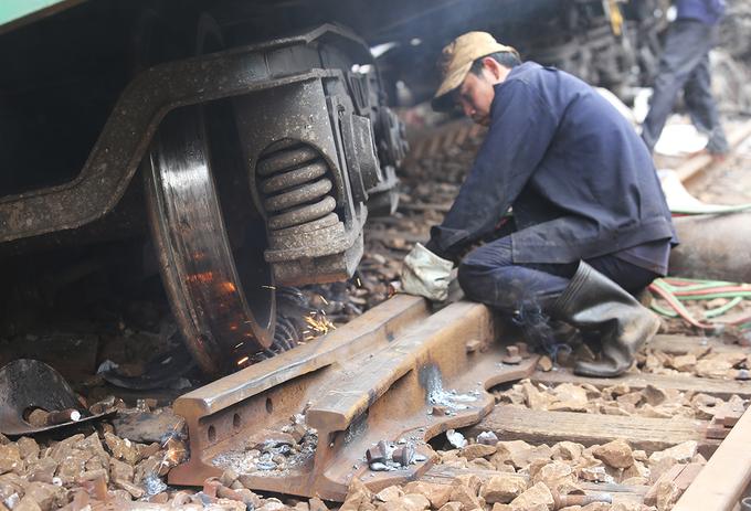 Hai đầu máy tàu hỏa dính nhau được tách rời
