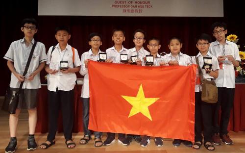 Đội tuyển Việt Nam nhận giải APMOPS 2018 tại Singapore.