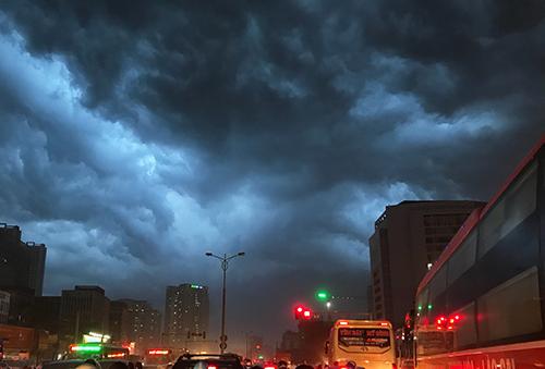 Mây giông kéo đến Hà Nội khiến trời tối sầm. Ảnh: Dương Tâm