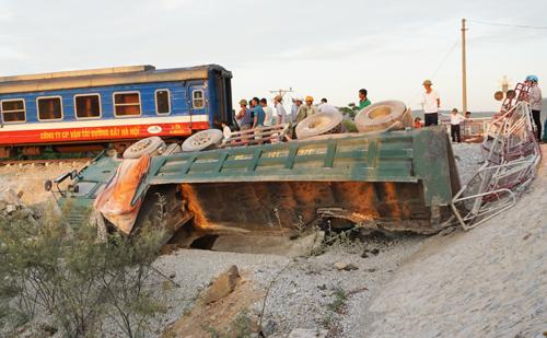 Xe chở đá bị hất văng khỏi đường ngang dân sinh ở Thanh Hóa. Vụ tai nạn làm2 người chết, 10 người bị thương, đầu máy và 6 toa xe bị lật.Ảnh:Lê Hoàng.