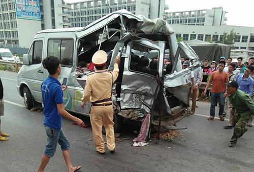 Xe khách hư hỏng nặng sau khi bị đâm từ phía sau. Ảnh: Thu Hường.