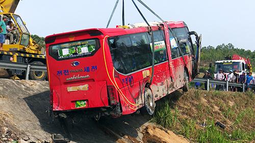 Ô tô giường nằm chở hơn 40 người lao xuống ruộng khi chạy qua Phú Yên được cẩu