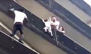 'Người nhện' Paris trèo 4 tầng cứu bé trai kẹt trên ban công