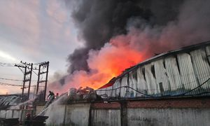 Hơn trăm cảnh sát dập lửa trong cụm công nghiệp ở Sài Gòn