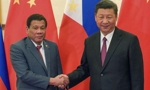 Duterte (trái) bắt tay Chủ tịch Trung Quốc Tập Cận Bình trong cuộc gặp ở Bắc Kinh năm 2017. Ảnh: AP.